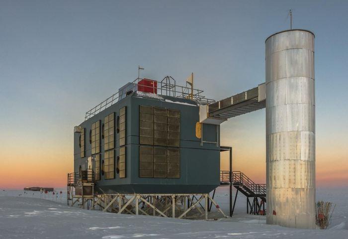 Le laboratoire IceCube en mars 2017 avec la station du Pôle Sud en arrière-plan - Crédit : IceCube Collaboration