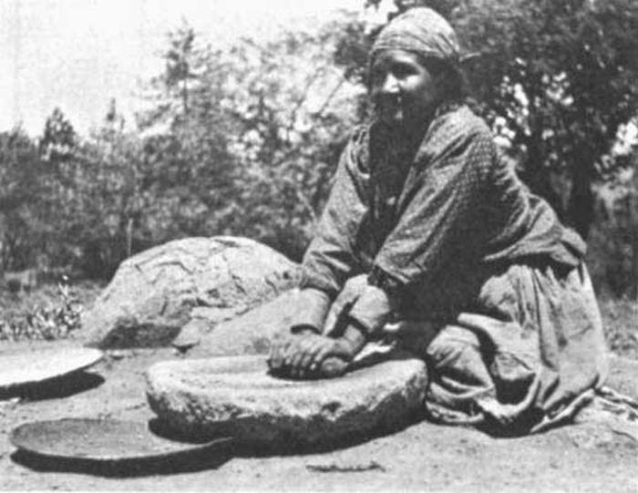 Une américaine native qui broie du grain sur une meule mobile - Crédit  : http://oldeuropeanculture.blogspot.com
