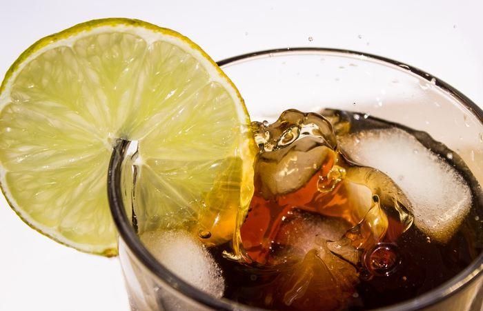 Une méta-analyse, comprenant 30 études et portant sur plus de 244 000 participants, montre un lien positif entre la consommation de boissons sucrées et le surpoids et l'obésité chez les enfants principalement.