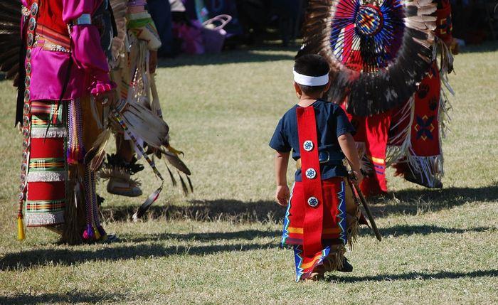 L'étude du génome d'un nourrisson appelé Petite fille du lever du soleil datant de 11 500 ans dans un site archéologique révèle l'histoire complexe des premiers Amérindiens. L'étude suggère également la présence d'une population jusqu'à alors inconnue surnommée comme les anciens béringiens.