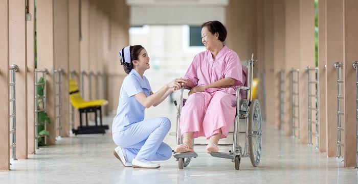 La rémunération à la performance dans les hôpitaux américains et anglais est une mesure qui récompense financièrement le personnel pour fournir de meilleurs soins aux patients. Dans cette étude, portant sur des personnes âgées, pendant plus de 10 ans, on n'a aucun effet notable sur cette rémunération à la performance dans les établissements non récompensés.