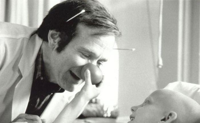 Une étude suggère que les suicides ont augmenté après la mort de l'acteur Robin Williams en 2014. Cela reste une corrélation, mais la méthode utilisée par l'acteur a également augmenté dans les méthodes de suicide suggérant un lien non négligeable. Les facteurs de la médiatisation et des réseaux sociaux sont à prendre en compte. De plus, cette médiatisation a négligé de parler de la maladie mentale grave de l'acteur qui est la démence à corps de Lewy.