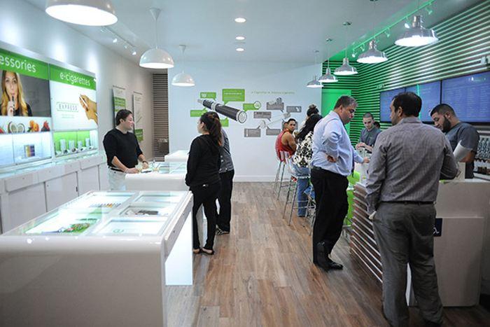 Selon une étude, le NHS, qui est le service de santé publique en Angleterre, devrait travailler davantage avec les boutiques de vape pour conseiller les vapoteurs dans leur sevrage tabagique. Ces magasins, à la fois comme des lieux de conseils, mais également de sociabilité, permettraient aux fumeurs de franchir le pas vers la cigarette électronique s'il y a un soutien officiel. Toutefois, la taille faible des personnes interrogées dans cette étude doit être prise en compte.