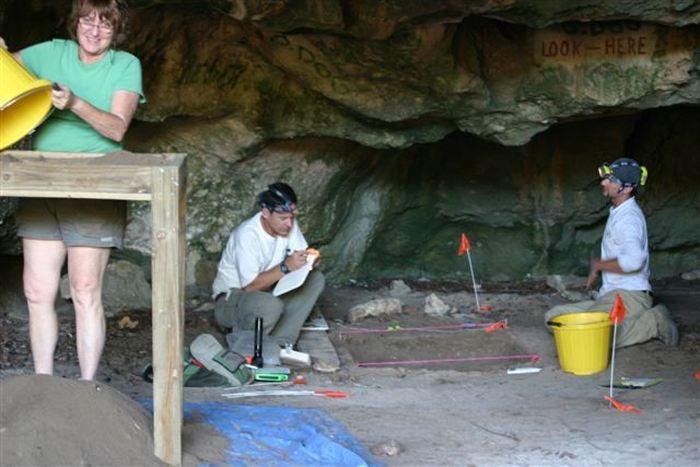 L'intérieur de la grotte Preacher's Cave où a on trouvé la dent pour reconstruire l'ancien génome - Crédit : Jane Day