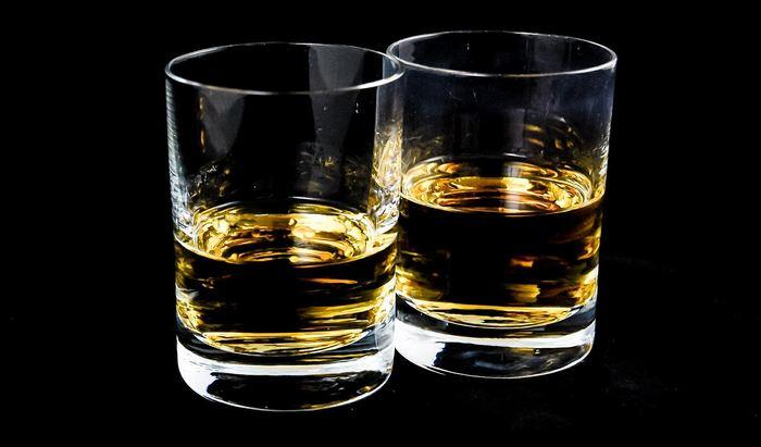 Une étude suggère que le dépassement de la consommation d'alcool par semaine (5 verres de vin par semaine) est associé à une réduction de l'espérance de vie et à des maladies cardiaques fatales. Toutefois, l'étude a trouvé des corrélations et on ne doit pas tirer des conclusions sur les causes à effet.