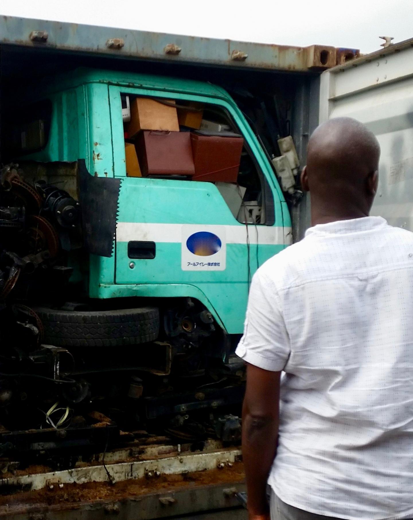 Un conteneur contenant un camion, qui à son tour, est rempli de d'appareils électroniques usagés - Crédit : UNU & BCCC-Africa