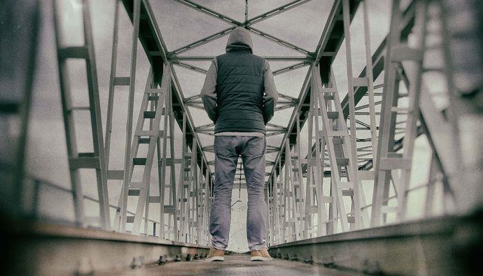 Une étude suggère la surproduction d'un produit chimique neural particulier pendant l'isolement social à long terme ce qui augmente l'agressivité et la peur. La désactivation de cette substance neurochimique permet de neutraliser les effets négatifs de l'isolement social. Mais prudence est de mise, car ces travaux concernent uniquement la souris pour le moment.