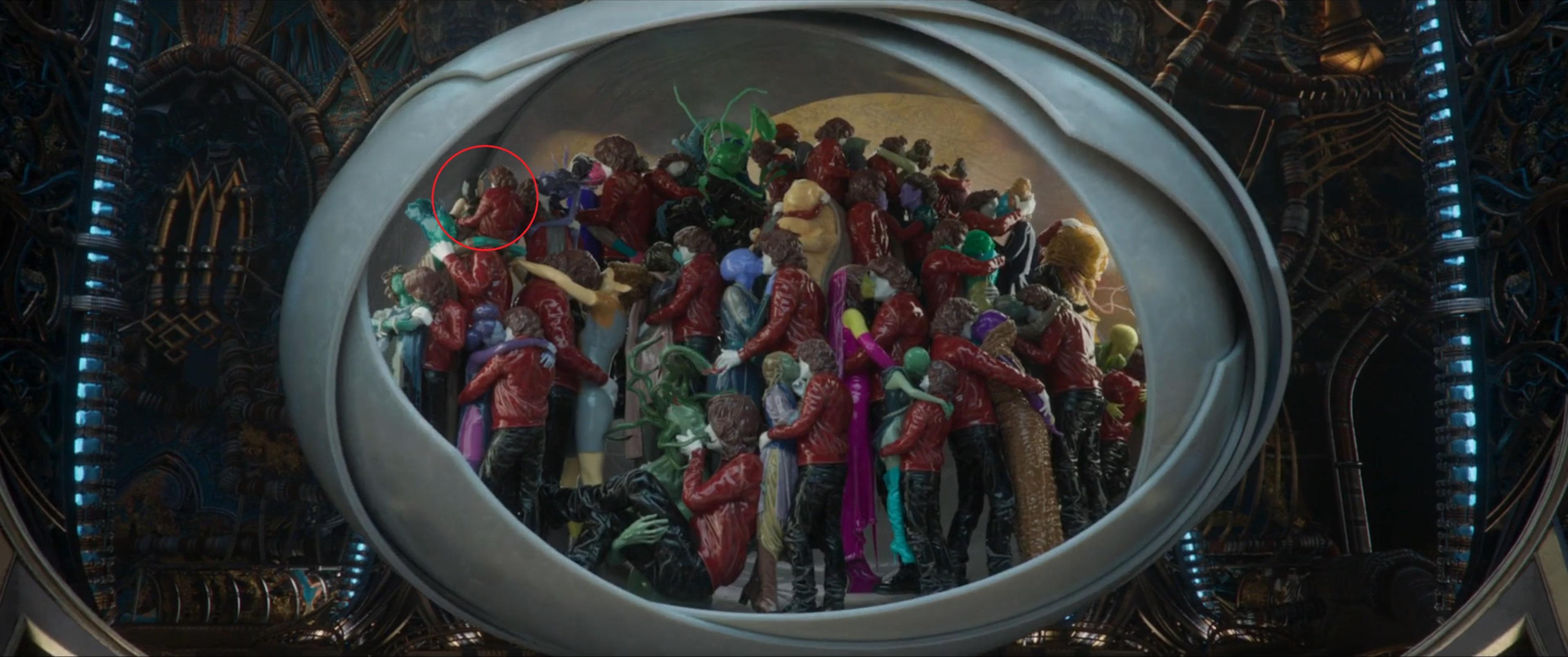 Quand Ego montre à Star-Lord les nombreuses femmes avec lesquelles il a eu des enfants. On voit une personne ressemblant à Mantis