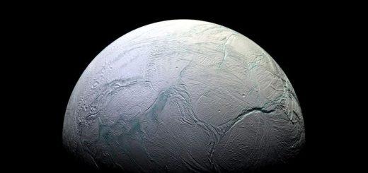 En analysant les données de la sonde Cassini, les chercheurs rapportent des preuves de molécules organiques complexes sur Encelade, l'une des lunes de Saturne.