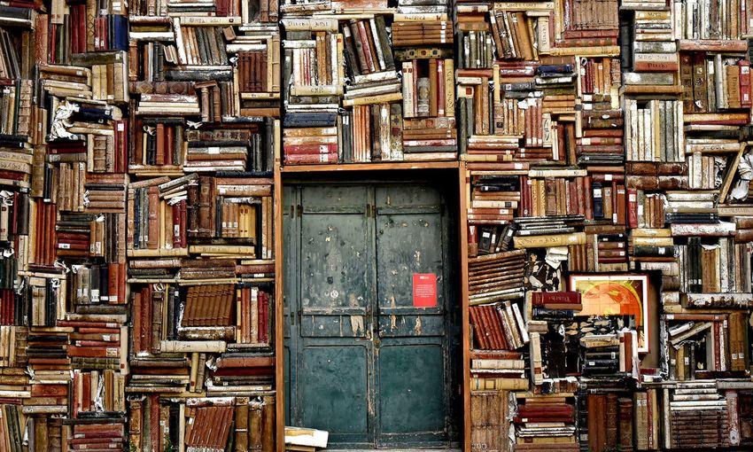 Des éditeurs qui détiennent un monopole sur la publication. Un accès exorbitant aux papiers scientifiques. La publication scientifique souffre de nombreux problèmes, mais on peut résoudre une grande partie de ces problèmes.