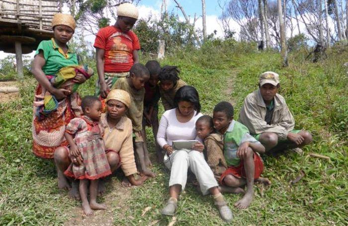 Rina Mandimbiniaina, une co-auteure de l'étude, collectant des données d'une interview - Crédit : S. Rakotonarivo