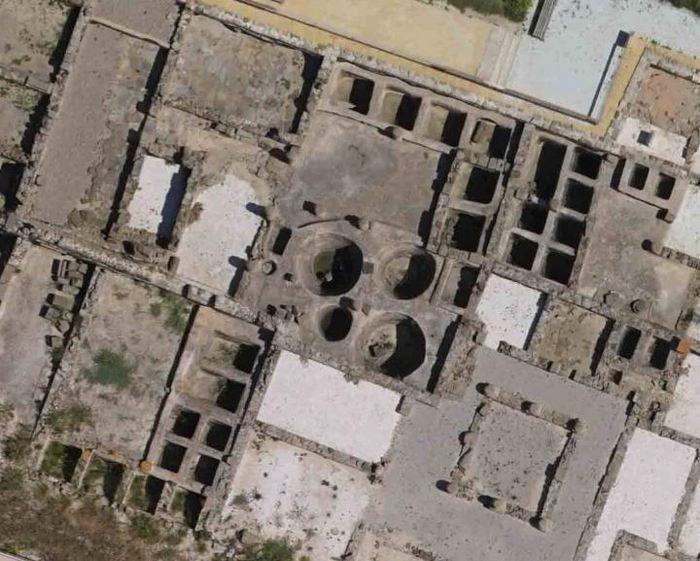 Une vue aérienne de certains réservoirs de salaison (Cetaria) dans l'ancienne ville romaine de Baelo Claudia, près de Tarifa en Espagne. Le plus grand réservoir circulaire mesure 3 mètres de large, avec une capacité de 18 m3. Ces réservoirs ont été utilisés pour traiter de gros poissons, en particulier le thon. Cette étude soutient la possibilité qu'ils auraient pu également être utilisés pour traiter les baleines - Crédit : D. Bernal-Casasola, University of Cadiz