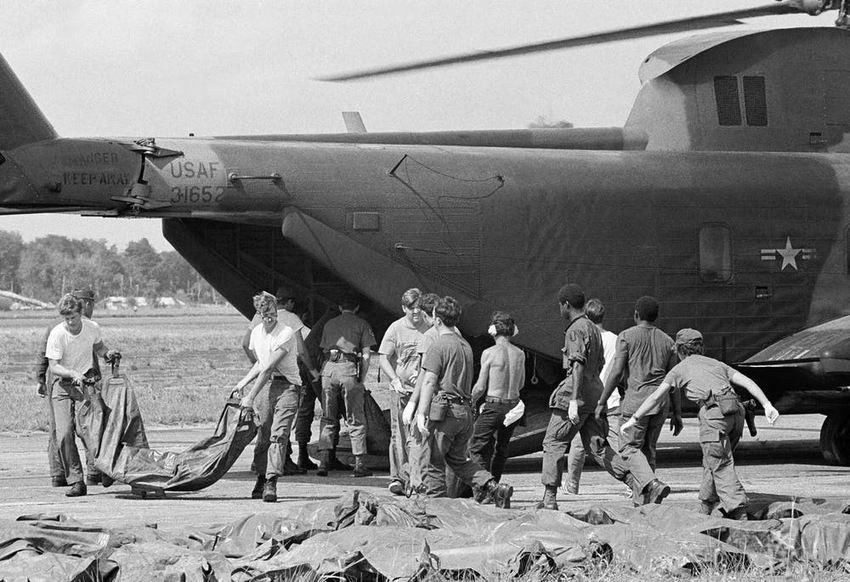 Les corps des victimes du suicide collectif de Jonestown sont chargés à partir d'un hélicoptère de l'armée américaine à l'aéroport international de Georgetown, le 23 novembre 1977 - Crédit : AP Photo