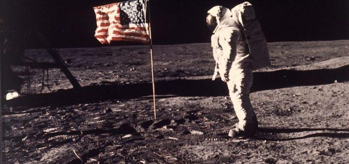 Est-ce que le drapeau américain planté sur la Lune implique que c'est une colonie américaine ? Avec les plans de minage des astéroïdes, la souveraineté des autres corps célestes fait l'objet de débats animés dans la communauté internationale.