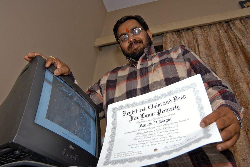 Rajzeev V. Baagree, un homme d'affaires, avait acheté cinq acres de terre sur la lune pour 1 400 roupies (l'équivalent de 31 $ US en 2005) par acre, avec des documents comme preuves, chez lui à Hyderabad, en Inde. Il s'est avéré qu'il s'est fait arnaquer - Crédit : Mustafa Quraishi / AP Photo