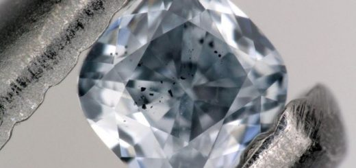 Un diamant bleu, contenant du bore avec des inclusions sombres d'un minéral appelé ferropericlase, qui ont été examinés dans le cadre de cette étude. Cette gemme pèse 0,03 carats - Crédit : Evan Smith/GIA.