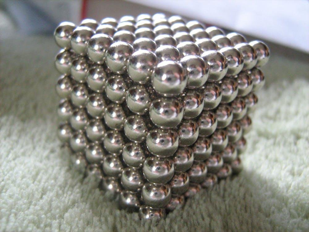 Un cube de petits aimants au néodyme - Crédit : XRDoDRX, CC BY-SA