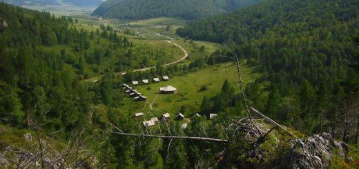 Une vue de la vallée du dessus du site archéologique de la grotte Denisova, en Russie - Crédit : B. Viola, MPI f. Evolutionary Anthropology