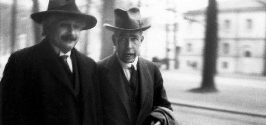 Albert Einstein et Nils Bohr qui allaient à la conférence Solway en 1920 à Bruxelles en Belgique - Crédit : Wikimédia