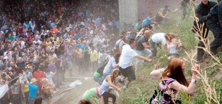 Des manifestants se précipitent sur une colline après la panique qui a éclaté lors de la Love Parade à Duisburg, en Allemagne, le 24 juillet 2010 - Crédit : Erik Wifferes/Afp/Getty