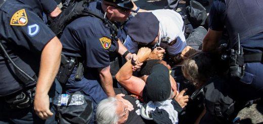 Quand est-ce qu'on doit utiliser la légitime défense ? Quand notre vie est en danger ? Mais est-ce qu'on peut l'utiliser contre des policiers qui abusent de leurs pouvoirs. Dans les époques tourmentées, il faut souvent réfléchir sur le concept de légitime violence contre des gouvernements injustes.