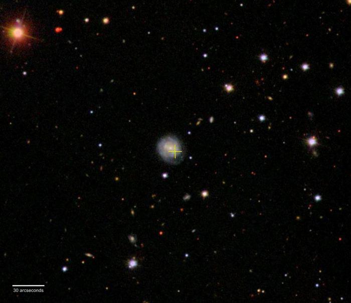 L'événement AT2018cow a explosé dans ou à proximité d'une galaxie appelée CGCG 137-068, située à environ 200 millions d'années-lumière de la constellation d'Hercule. La croix jaune indique l'emplacement de cette explosion déconcertante - Crédit : Sloan Digital Sky Survey