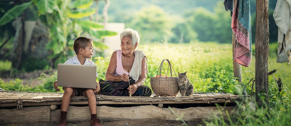L'hypothèse de grand mère est une tentative d'expliquer l'existence de la ménopause chez les femmes. Notamment la présence des grand-mères comme une aide parentale, afin d'augmenter l'espérance de vie. Et 2 études confirment cette hypothèse de grand-mère, mais avec des limites.