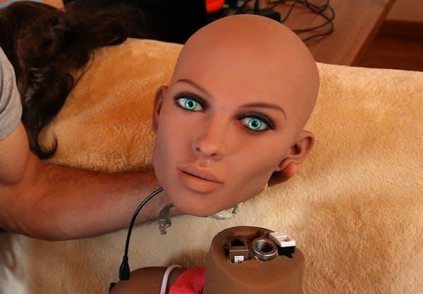 """Un ingénieur tient le visage de """"Samantha"""", une poupée sexuelle doté d'une intelligence artificielle - Crédit : Reuters/Albert Gea"""