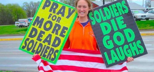 Une manifestante de la Westboro Baptist Church, une organisation réputée pour ses positions racistes et violentes