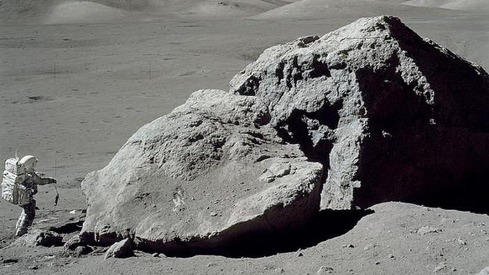 Harrison H. Schmitt, astronaute d'Apollo 17, debout à côté d'un rocher sur la surface lunaire - Crédit: NASA