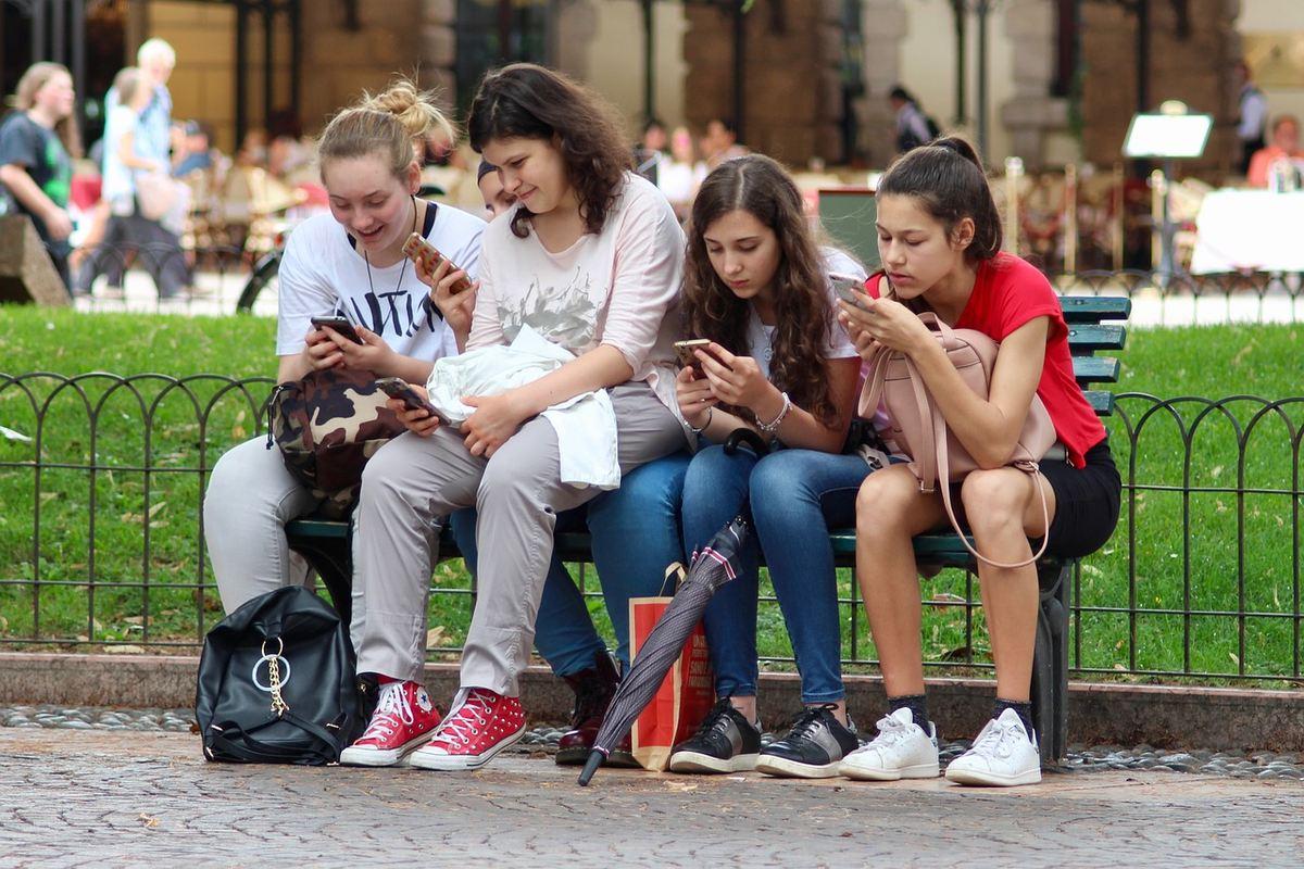 Les adolescents d'aujourd'hui constituent la plus grande génération de l'histoire, mais une étude historique révèle que ces jeunes font face à des problèmes de santé plus importants que ceux d'il ya 25 ans et que les investissements dans leur bien-être n'ont pas suivi le rythme de la croissance démographique.
