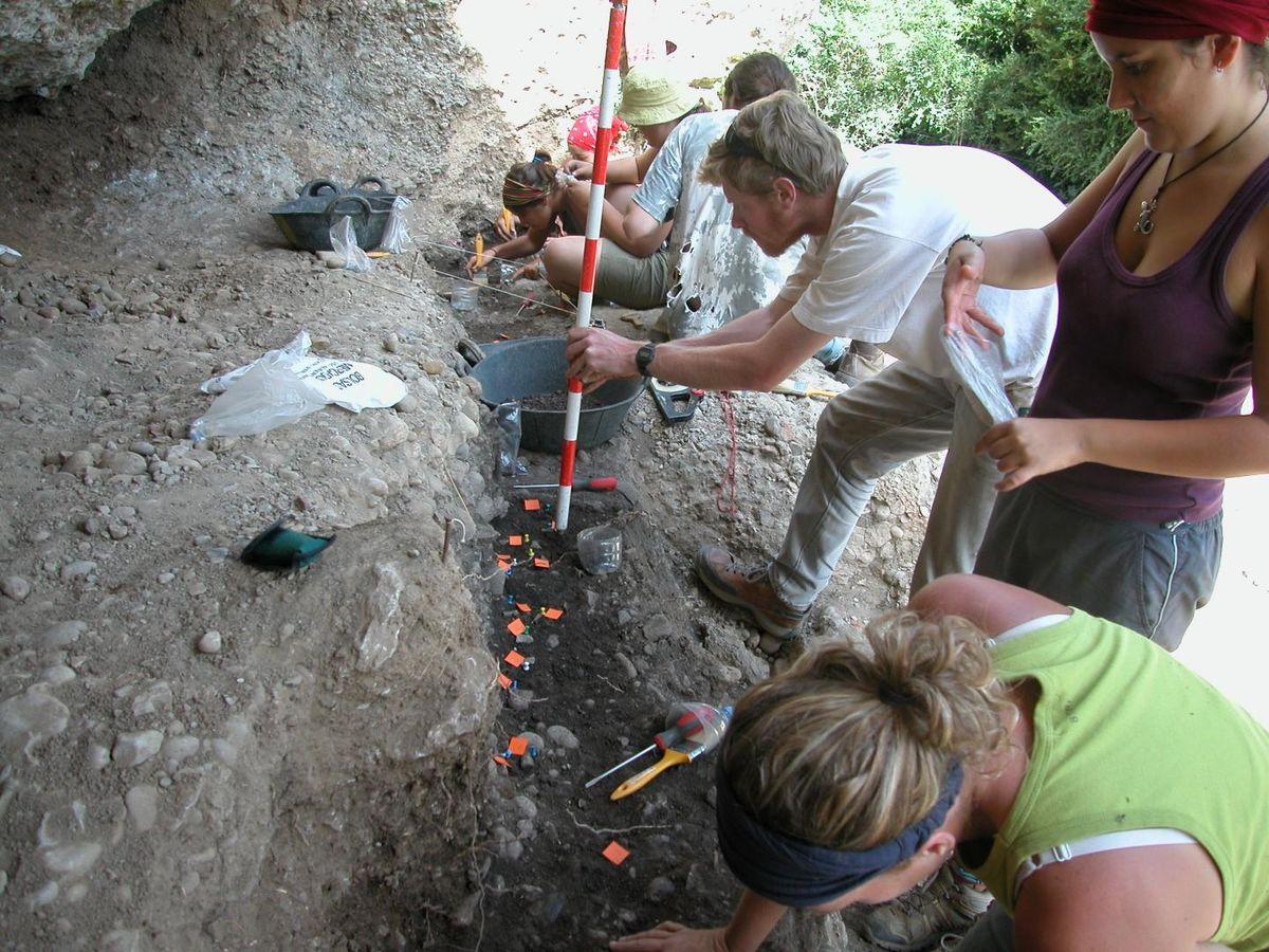Des travaux en cours sur le site néolithique de Balma Guilanyà - Crédit : CEPAP-UAB