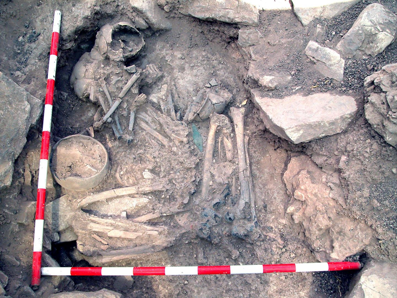 Un homme et une femme enterrés côte à côte sur le site de Castillejo de Bonete en Espagne, datés de l'âge du bronze, avaient des origines génétiques différentes - Crédit : Luis Benítez de Lugo Enrich et José Luis Fuentes Sánchez/Oppida