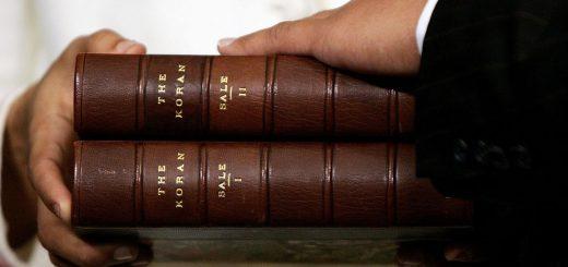 La copie du Coran de Thomas Jefferson, traduite par George Sale. Datée de 1734, elle est utilisée dans la cérémonie d'assermentation du représentant américain Keith Ellison au Capitole des États-Unis à Washington, DC, le 4 janvier 2007 - Crédit: Getty