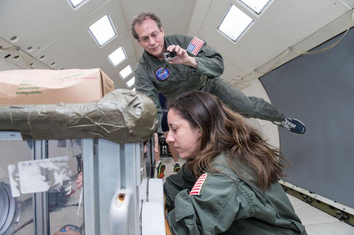 """Astronautes  jumeaux - Andrew Feinberg et Lindsay Rizzardi testent les procédures de purification des échantillons de sang dans l'avion en microgravité de la NASA, appelé """"Vomit Comet"""" - Crédit : Johns Hopkins Medicine"""