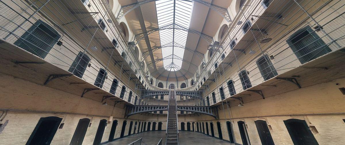Les prisonniers doivent constamment jouer un rôle d'homme dur pour survivre. Et les travaux d'Erving Goffman sont précieux pour comprendre le milieu carcéral.