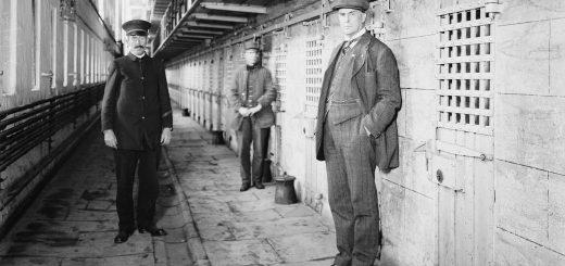 Le gardien et deux officiers de la prison de Sing-Sing, État de New York, vers 1915 - Crédit : Wikipedia