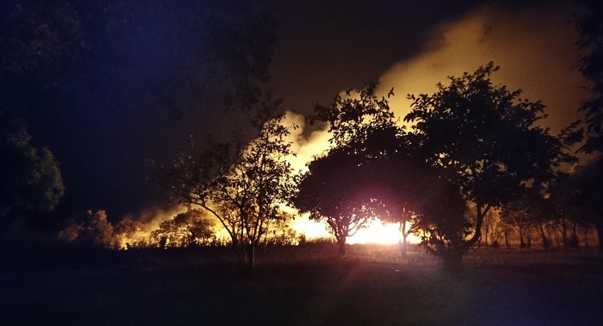 Des pratiques humaines telles que brûler le brulis, comme dans ce feu de brousse nocturne à l'extérieur de Kabwe en Zambie, affectent la Terre bien avant l'ère nucléaire - Crédit : Andrea Kay, CC BY-SA