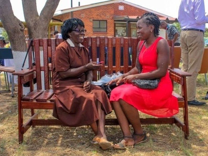 La popularité du projet de banc de l'amitié a pris de l'ampleur. Anna Lewis a rencontré Dixon Chibanda, le pionnier derrière ce projet, pour voir comment cela se propageait à travers le monde.