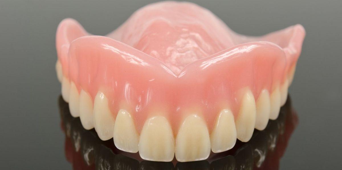 Dans un cas d'un patient de 72 ans ayant avalé ses fausses dents avant une anesthésie générale, les médecins rapportent que plusieurs visites à l'hôpital, des tests invasifs et une intervention chirurgicale supplémentaires ont été nécessaires.