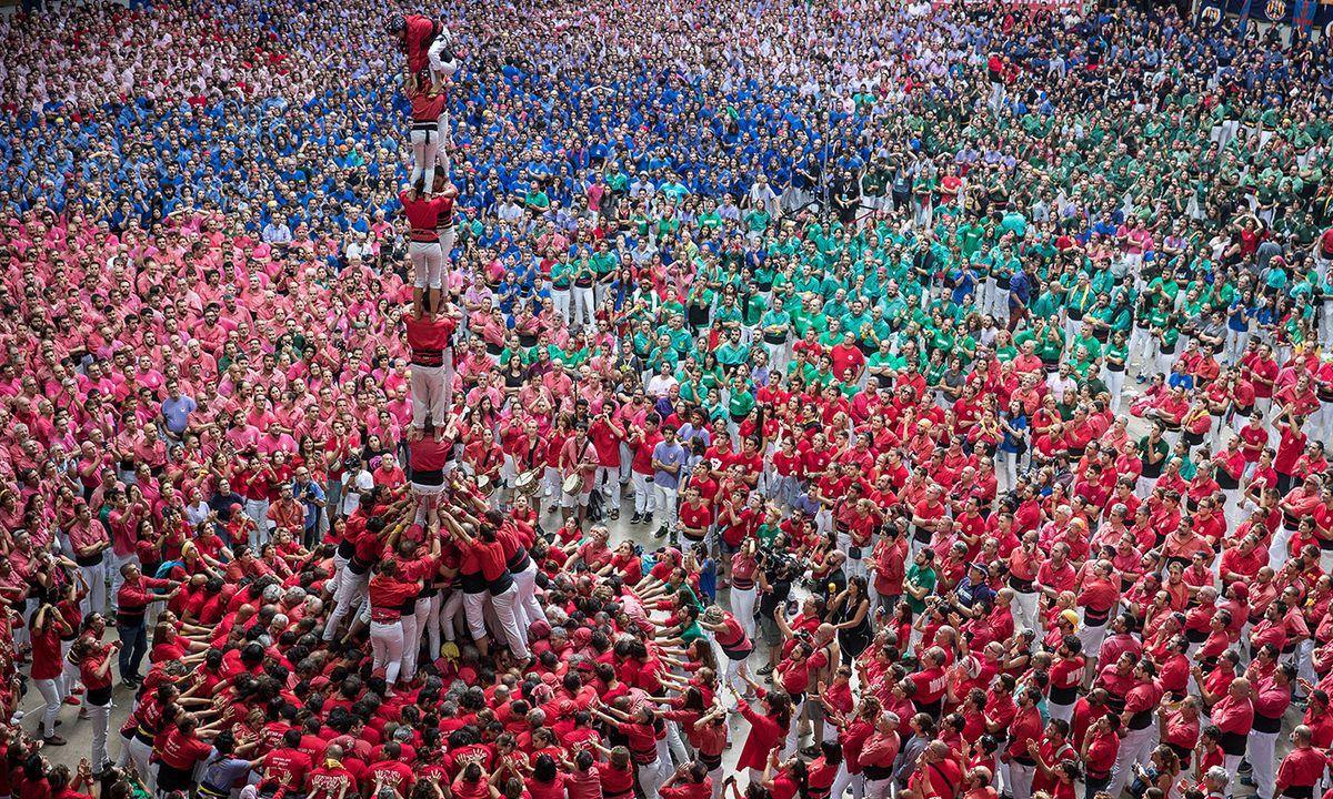 Des membres des Castellers de Barcelona construisent une tour humaine à Tarragone, en Espagne, en octobre 2007 - Crédit : Maja Hitij/Getty