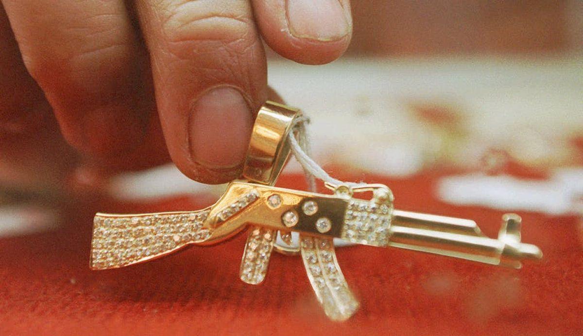 L'AK-47 est devenu à la fois un symbole et une arme, comme en témoigne ce pendentif incrusté de diamants qui appartenait autrefois à un présumé fugitif mexicain - Crédit : AP Photo/Dario Lopez Mills