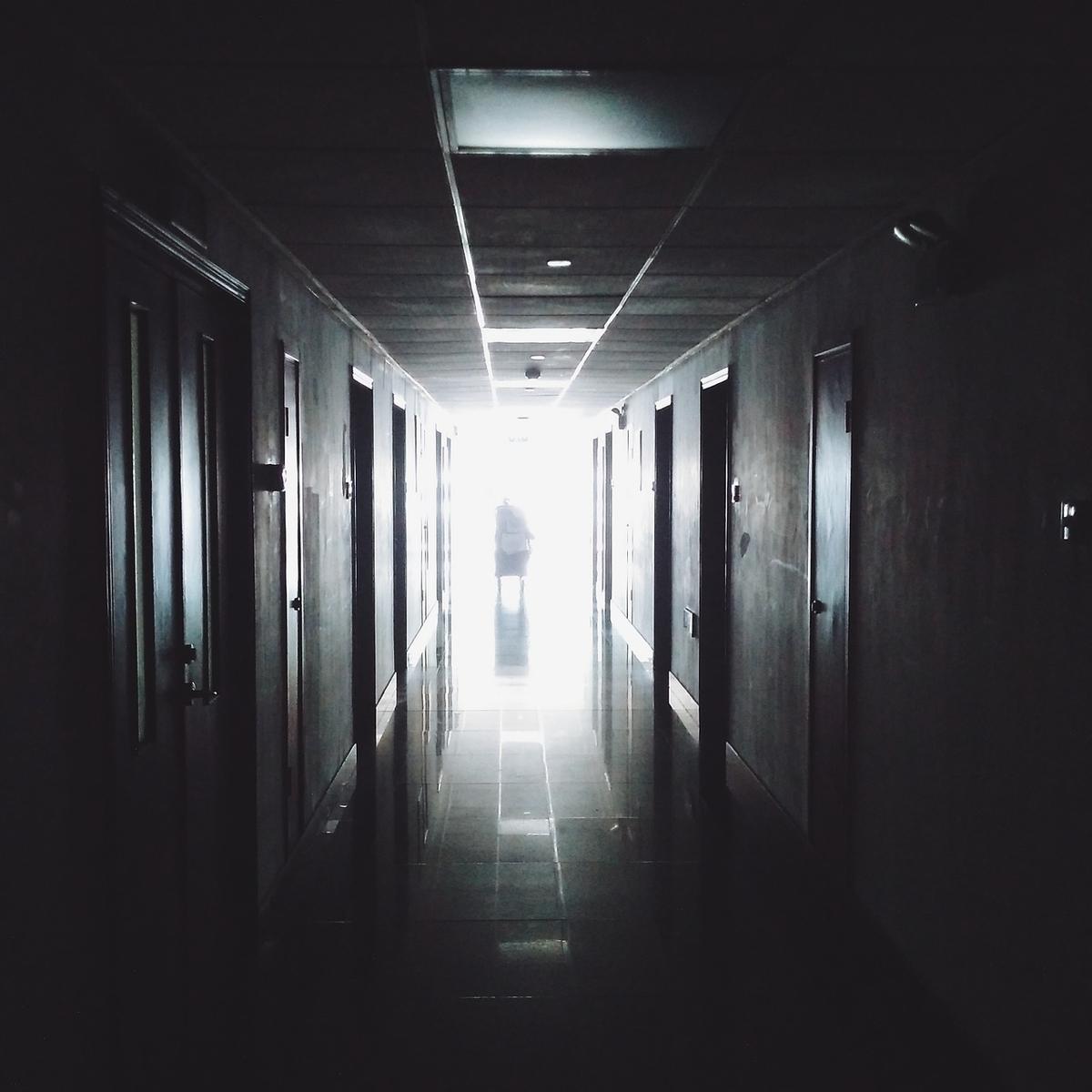 En 1999, un rapport avait jeté une bombe concernant la sécurité des patients des hopitaux. Au moins, 40 000 personnes mourraient d'erreurs médicales chaque année. 20 ans plus tard, est-ce qu'on a fait du progrès ? C'est clair que ça n'a pas empiré, mais c'est loin d'être suffisant.