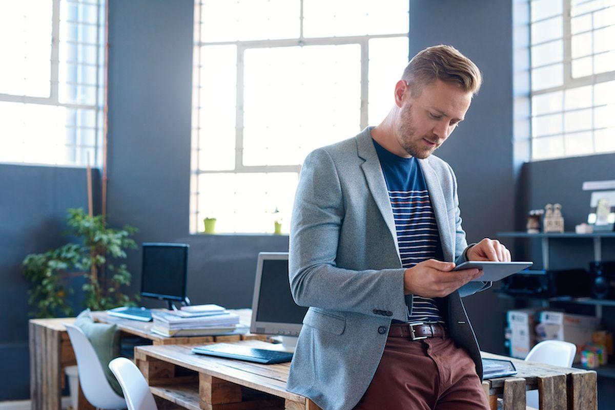 Soyez entrepreneur à 20 ans et devenez milliardaire à 30 ans. Le mythe du jeune entrepreneur a la vie dure. Mais les données montrent que cela se termine généralement par des désastres. Les entrepreneurs qui réussissent réellement ont une moyenne d'âge de 45 à 60 ans, après 2 décennies à galérer afin d'avoir toutes les compétences nécessaires. On peut dupliquer les pièces d'or dans La Soupe aux Choux, mais c'est un peu plus compliqué dans la vraie vie.