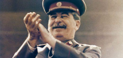 """""""Ha Ha, très drôle"""" dixit Joseph Staline en 1940 en lisant une blague sur Toto - Crédit : Sovfoto/Getty"""