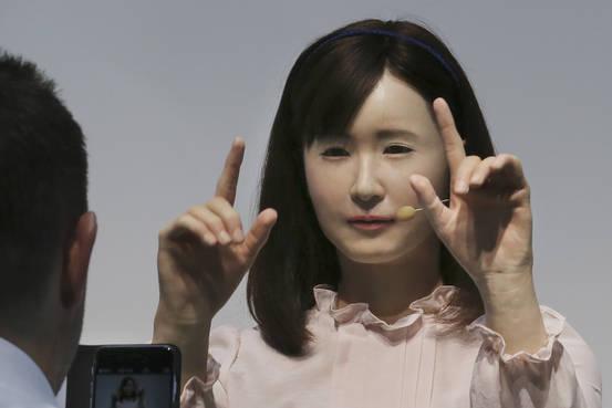 Cette belle japonaise est une robot dans le service clientèle de Toshiba