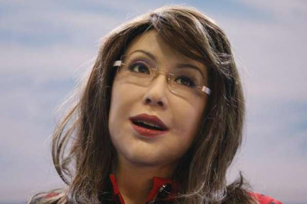 Yangyang est une robot femme qui peut parler, marcher et vous enlacer
