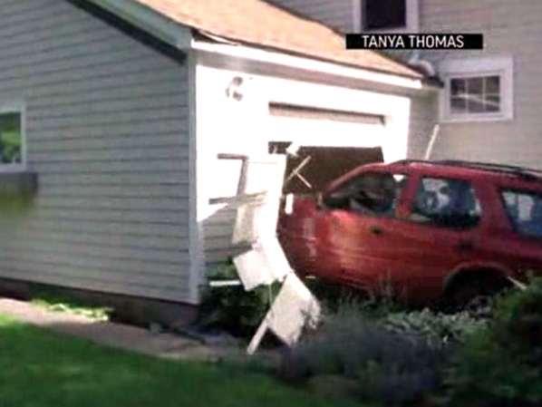 Un nonagénaire enfonce une porte de garage
