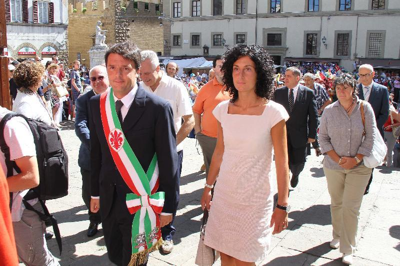 Agnese Renzi con il marito al corteo per la cerimonia dei ceri e Messa in San lorenzo (Marco Mori/New Press Photo)