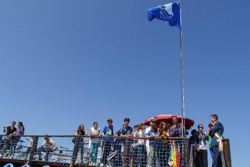 Marina di pisa la cerimonia di consegna della bandiera blu 2014 al bagno vittoria con il - Bagno vittoria marina di pisa ...